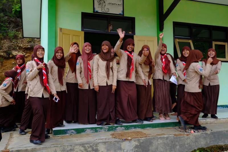 Сувора жіноча мусульманська гімназія в індонезійському селі на березі Індійського океану